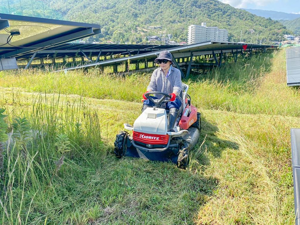尾前女性スタッフによる草刈り業務